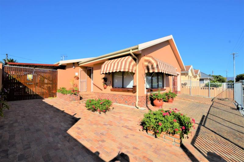 3 Bedroom House For Sale in Strand North